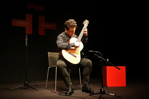 photo credit: Instituto Cervantes de Tokio ジャン・マルコ・チアンパ クラシックギターコンサートConcierto de guitarra clásica de Gian Marco Ciampa via photopin (license)